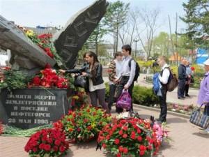 Памятник погибшим во время нефтегорского землетрясения