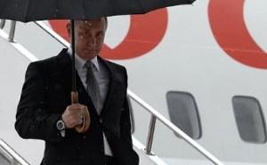 Владимир Путин на трапе самолета в Уфе