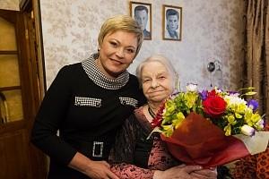 Глава Мурмана Марина Ковтун поздравила с 90-летним юбилеем мурманчанку Валентину Сергеевну Комашко