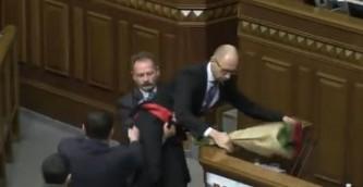 Арсения Яценюка понесли на руках