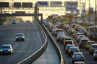 Поток автомашин меняет направление.