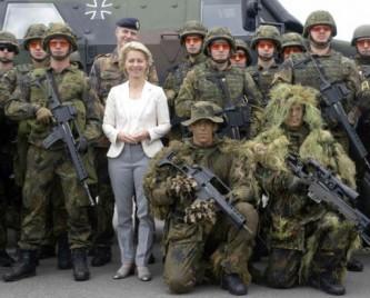Министр обороны с солдатами Бундесвера