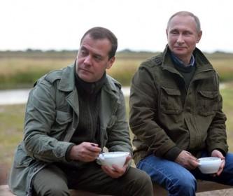 Дмитрий Медведев и Владимир Путин на озере Ильмень