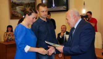 Губернатор Владимир Печеный вручает сертфиикат