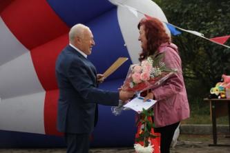 Губернатор Владимир Печеный вручает благодарственные письма жителям Магадана