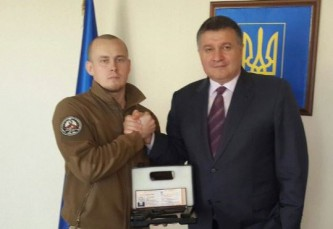 """Аваков дарит пистолет """"особе"""""""