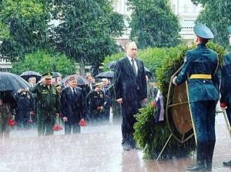 Владимир Путин возложил венок к Могиле Неизвестного солдата под проливным дождем