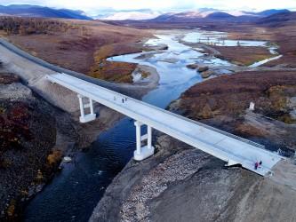 Фото мостового перехода через реку Илирнейвеем