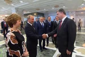 Путин и Порошенко пожали друг другу руки