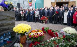 Возложение цветов к памятнику жертвам трагедии в Беслане
