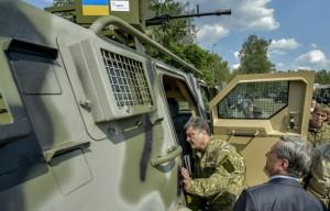 Петр Порошенко осматривает новое вооружение