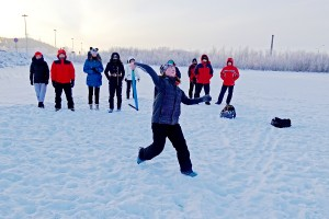 Сборная Чукотского АО на тренировке по метанию топора на дальность