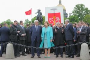 Возложение цветов к памятнику Петру Первому