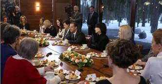 Праздничный фуршет в честь женщин у Дмитрия Медведева.