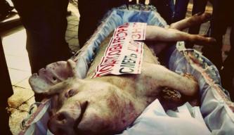 Молдаване похоронили украинскую свинью